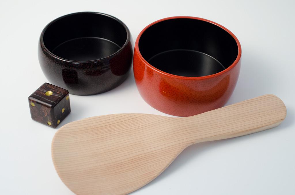 秋田杉のしゃもじ、樺細工のダイス(サイコロ)、そして津軽塗の小物入れ