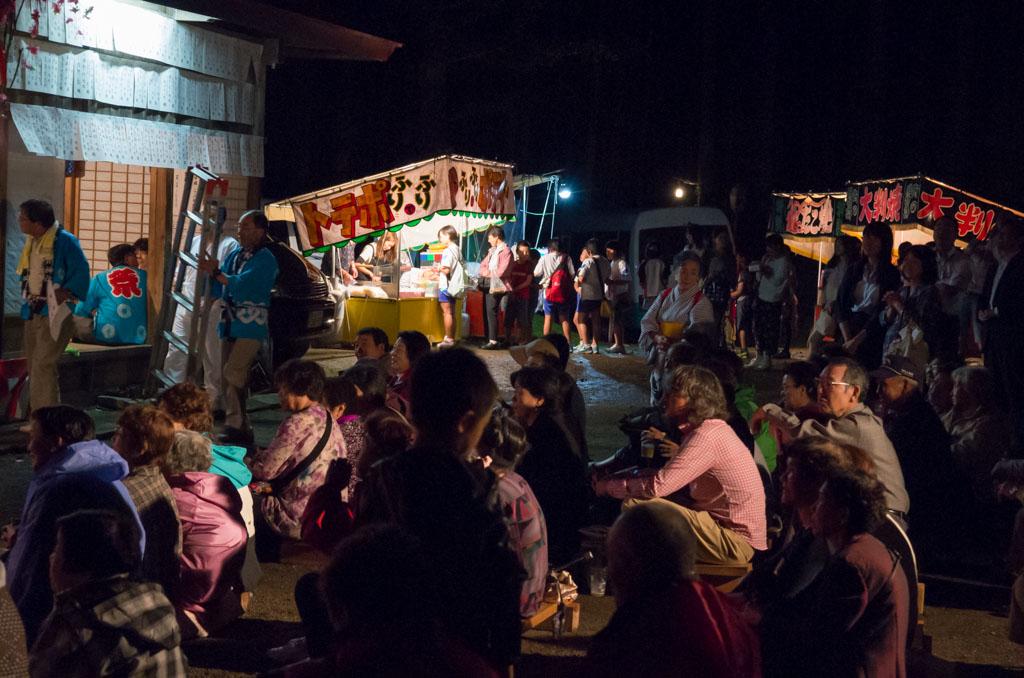 荒雄川神社祭典「演芸の夕べ」を楽しむ鬼首の人々